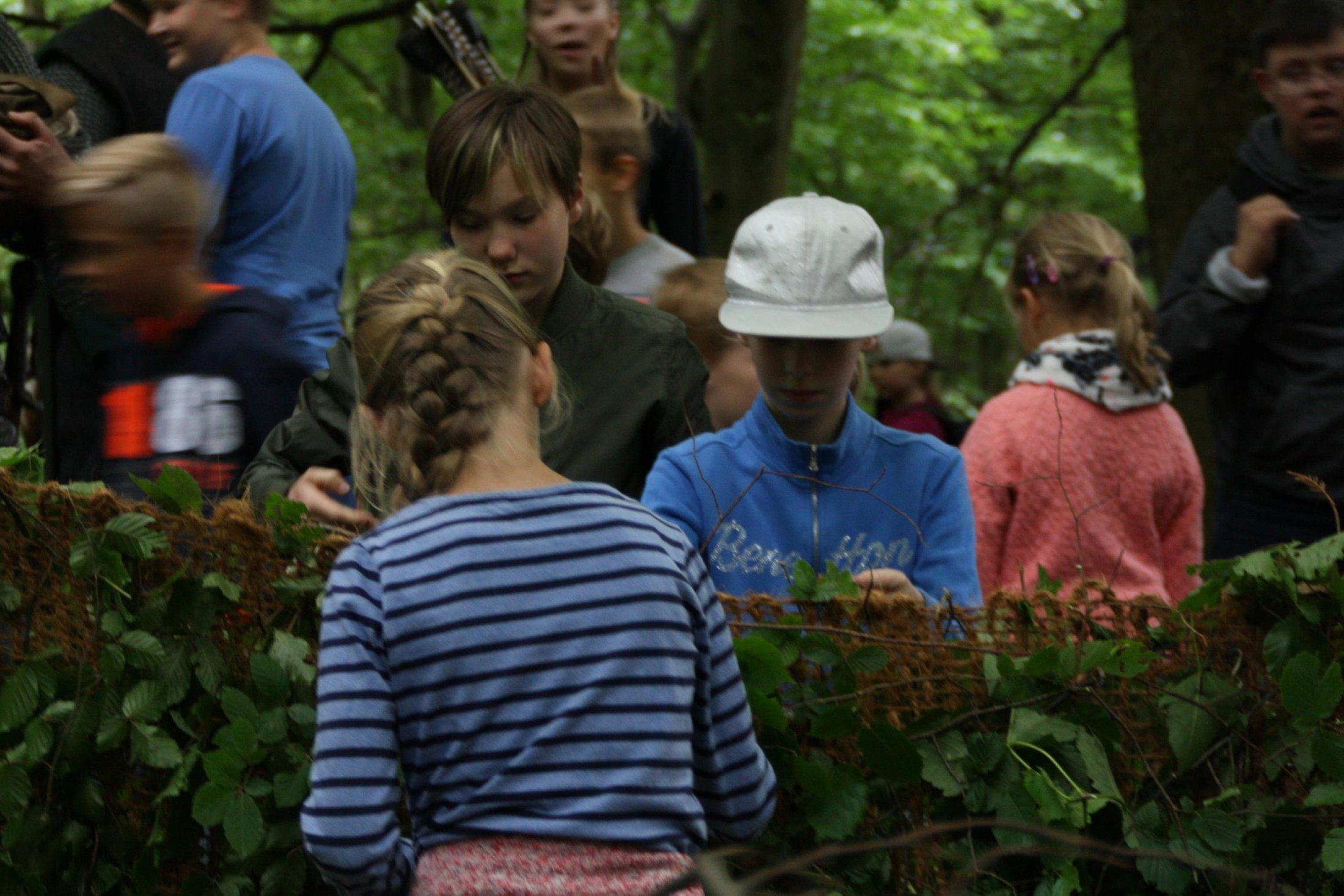 Bei der Jägerin Johanna wird gemeinsam an einem Tarnnetz gearbeitet