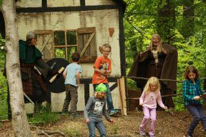 Die Hexe überrascht sowohl Kinder als auch Raubritter