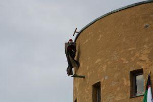 Plötzlich fliegt eine Hexe um den Turm