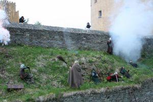Die Hexe setzt ihre Fähigkeiten gegen die Raubritter ein